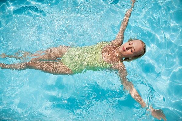 bơi lội giúp cơ thể phát triển toàn diện